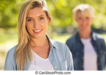 женщина, молодой, на открытом воздухе