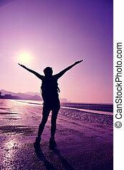 женщина, молодой, путешественник, cheering, открытый, рука
