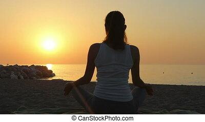женщина, морское побережье, meditates, утро