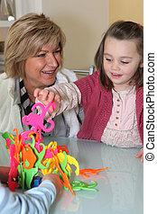 женщина, наблюдение, ее, внучка, playing, игра
