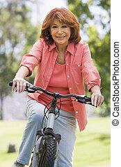 женщина, на, велосипед, на открытом воздухе, улыбается