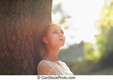 женщина, опираться, дерево, молодой, против, вдумчивый