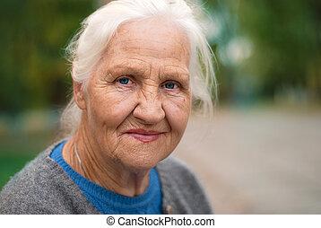 женщина, пожилой, улыбается