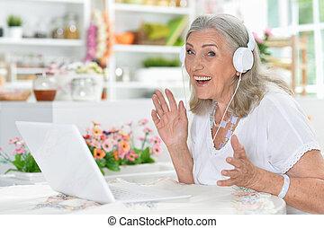 женщина, портативный компьютер, портрет, с помощью, старшая, счастливый