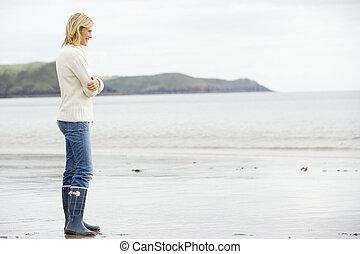 женщина, постоянный, на, пляж, улыбается