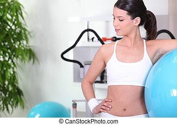 женщина, постоянный, with, упражнение, мяч, в, , гимнастический зал