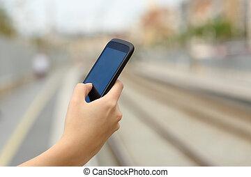 женщина, рука, телефон, поезд, держа, станция, умная