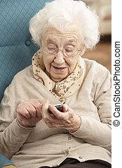 женщина, сидящий, мобильный, dialling, номер, телефон, главная, старшая, стул