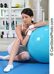 женщина, сидящий, with, упражнение, мяч