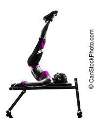 женщина, силуэт, crunches, скамейка, нажмите, фитнес, exercises