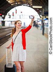 женщина, симпатичная, молодой, станция, поезд