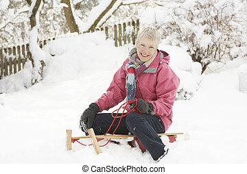 женщина, снежно, салазки, сидящий, старшая, пейзаж