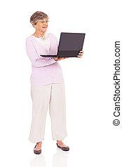 женщина, старшая, портативный компьютер, с помощью