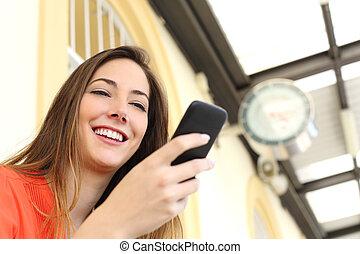 женщина, с помощью, , мобильный, телефон, в, поезд, станция