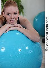 женщина, с помощью, упражнение, мяч, в, , гимнастический зал