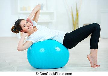 женщина, с помощью, an, надувной, гимнастический зал, мяч