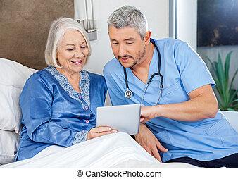 женщина, таблетка, над, цифровой, медсестра, discussing, старшая