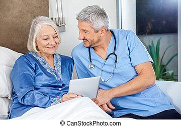 женщина, таблетка, смотритель, цифровой, с помощью, старшая, счастливый