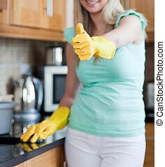 женщина, уборка, вверх, большой палец, улыбается, кухня