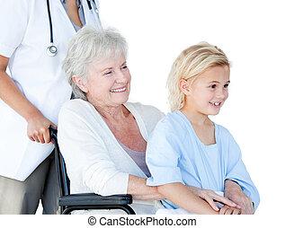 женщина, улыбается, сидящий, старшая