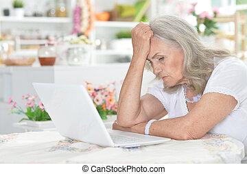 женщина, устала, портативный компьютер, вверх, с помощью, закрыть, портрет, старшая