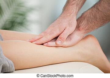 женщина, физиотерапевт, теленок, massaging
