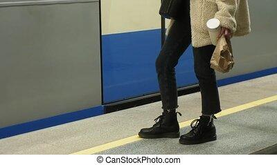женщина, является, ожидание, для, поезд, в, , метро