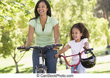 женщина, and, молодой, девушка, на, bikes, на открытом воздухе, улыбается
