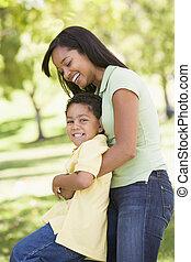 женщина, and, молодой, мальчик, на открытом воздухе, embracing, and, улыбается