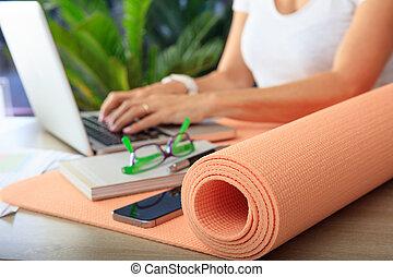 женщина, and, упражнение, мат, в, an, офис, задний план