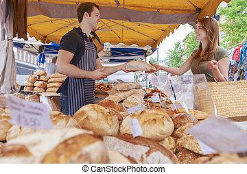 женщина, buying, хлеб, из, рынок, стойло