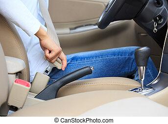 женщина, driving, автомобиль, пряжка, водитель, вверх, сиденье, ремень