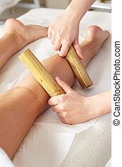 женщина, having, бамбук, придерживаться, массаж, в, день, спа
