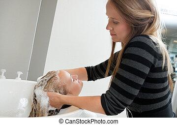 женщина, having, волосы, промывают, в, красота, спа