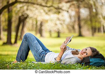 женщина, relaxing, ее, таблетка, молодой, в то время как, компьютер, с помощью