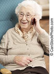 женщина, talking, мобильный, сидящий, телефон, главная, старшая, стул