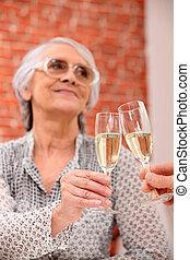 женщина, toasting, в, ресторан