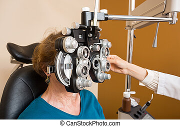 женщина, undergoing, глаз, экспертиза, with, phoropter
