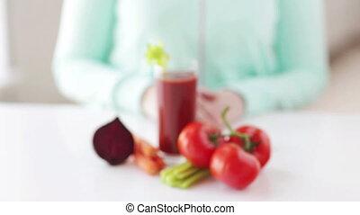 женщина, vegetables, вверх, сок, руки, закрыть