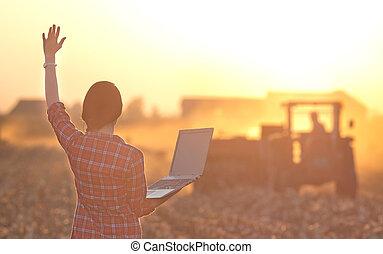 женщина, with, портативный компьютер, and, трактор