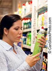 женщина, with, поход по магазинам, корзина, в, , супермаркет