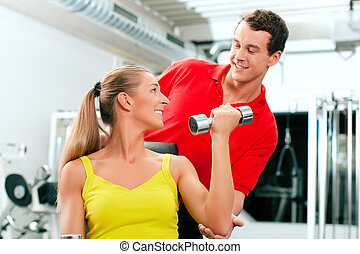 женщина, with, тренер, and, dumbbells, в, гимнастический зал