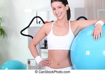 женщина, with, упражнение, мяч, в, , гимнастический зал