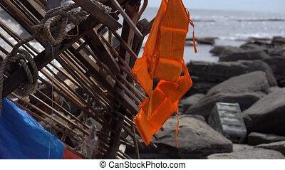 жизнь, скалистый, подвешивание, один, seaside., мусор, concept., жилет, нет, ловит рыбу, survived, корабль, кораблекрушение