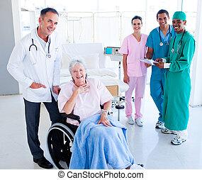 забота, медицинская, единый, старшая, женщина, команда, принятие