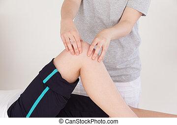 закрыть, вверх, massing, спортивное, женщина, колено, массажистка