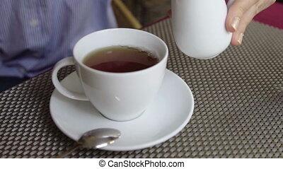 заливка, женщина, кружка, вверх, наливать, горячий, tea., закрыть, молоко