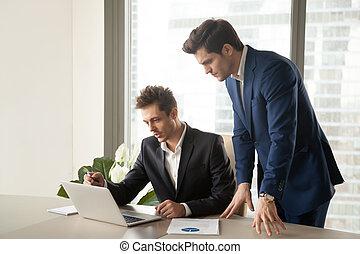 за работой, портативный компьютер, два, экран, ищу, businessmen, серьезный, профессионал