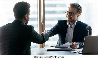 знакомый, руки, поколебать, получить, улыбается, businessmen, офис