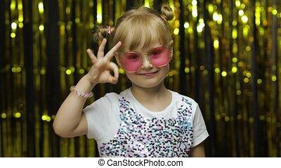 знак, ребенок, задний план, ищу, показать, занавес, фольга, улыбается, camera., ок, posing, девушка, золотой